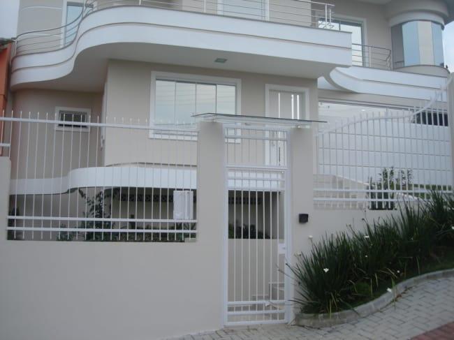 fachada de casa moderna com portao de grade horizontal