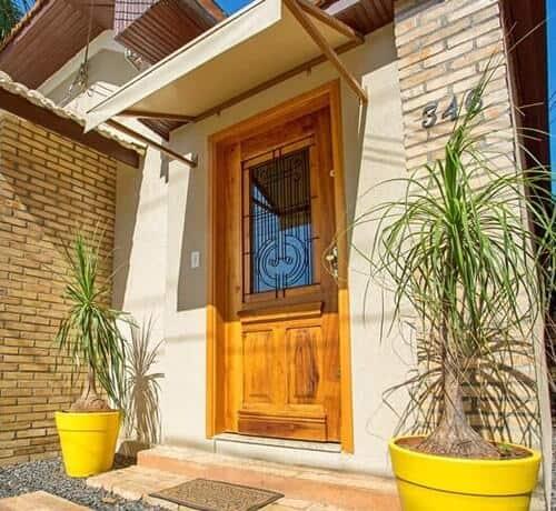 porta de entrada em madeira rustica com vidro