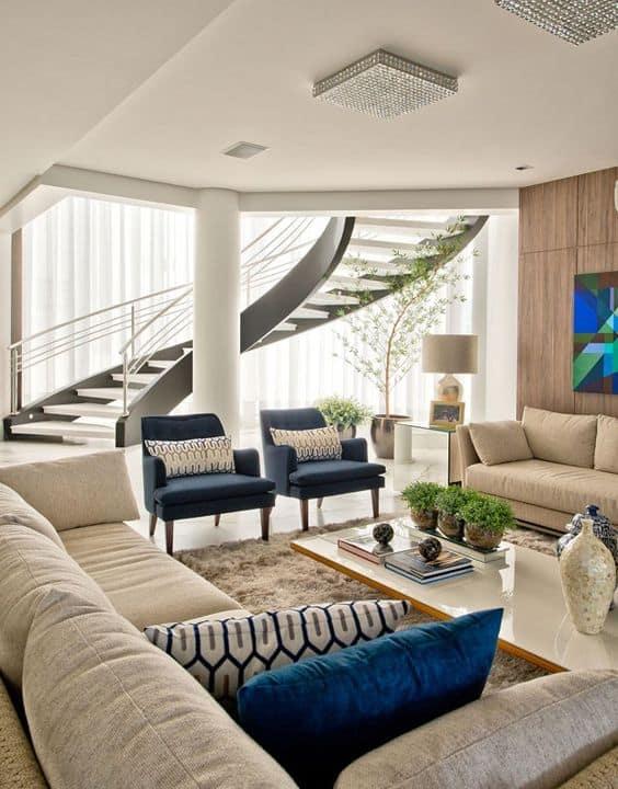 sala com sofa off white e almofadas em azul