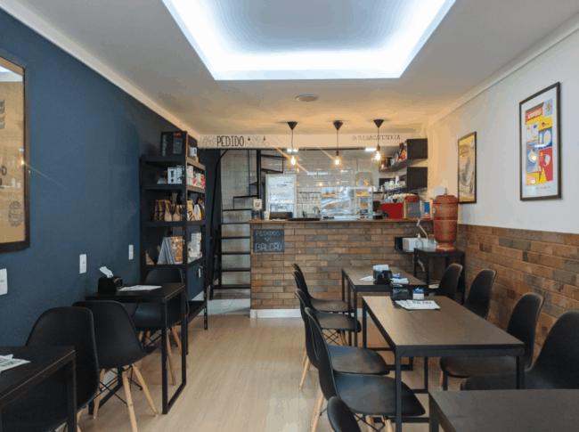 cafeteria pequena com parede colorida