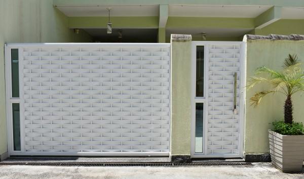 casa com portao social de aluminio trancado