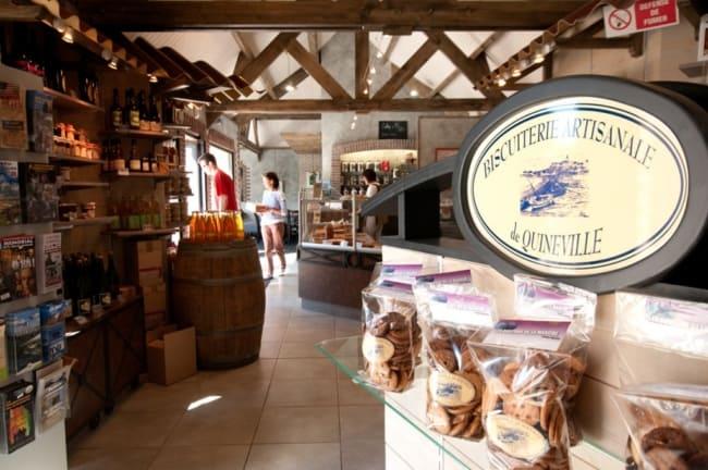 loja de biscoitos rustica com moveis de madeira