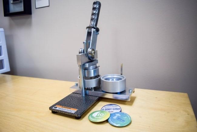modelo de maquina de fazer bottons