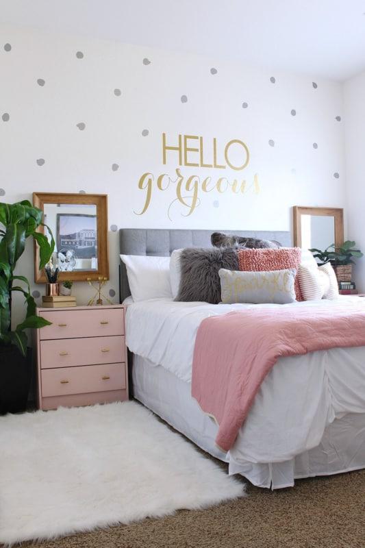 cama com adesivo na parede