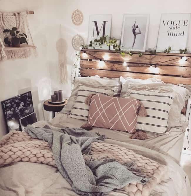 cama com cabeceira de madeira e luzes