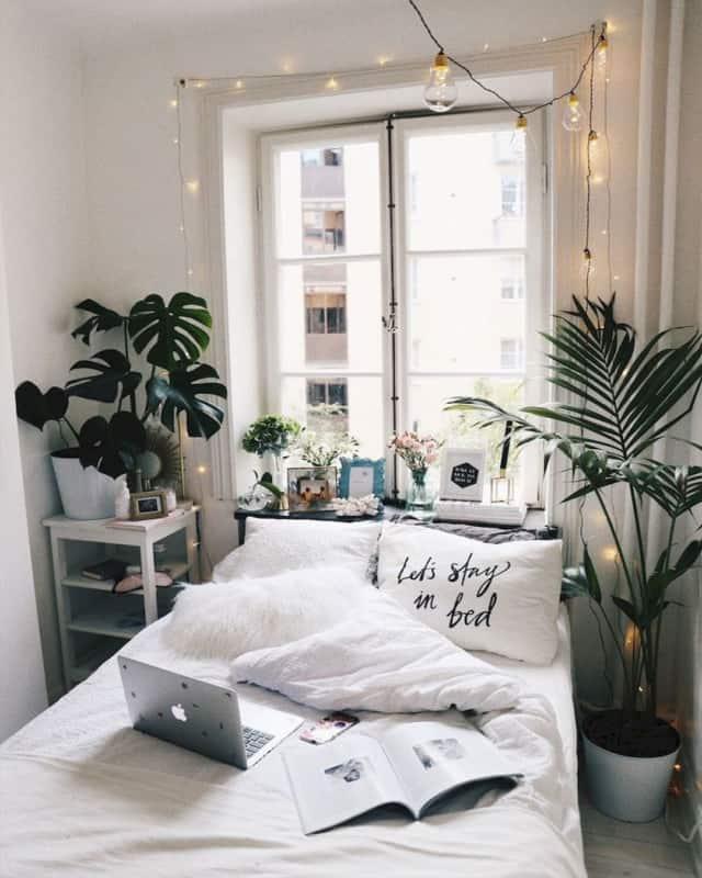 cama com cordao de luzes na janela