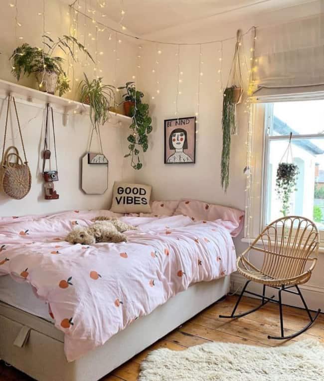 cama decorada com plantas e luzes