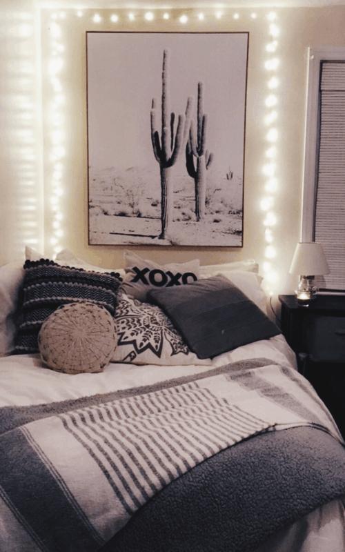 cama decorada com quadro e luzes