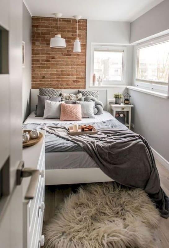 cama simples com parede de tijolinho
