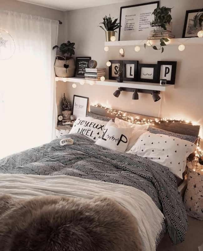 cama tumblr com dois tipos de luzes