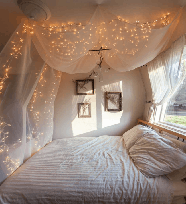 cama tumblr decorada com tule branco e luzes