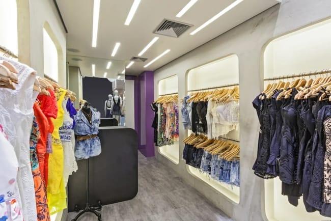 loja de roupas pequena e moderna com parede de espelho