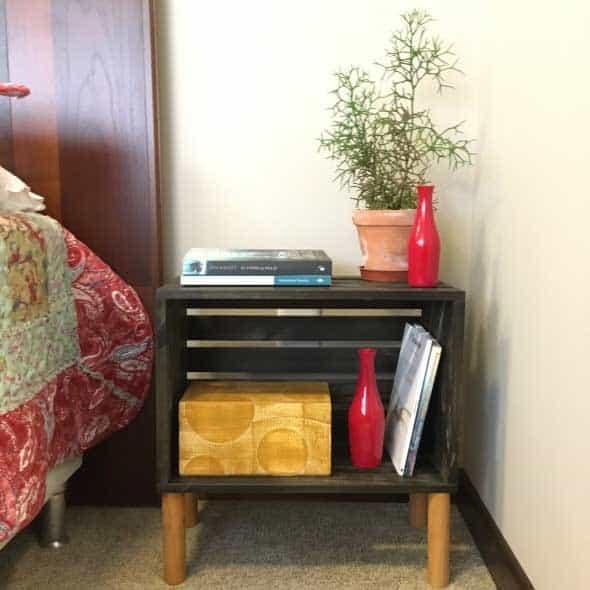 mesa de cabeceira com caixote