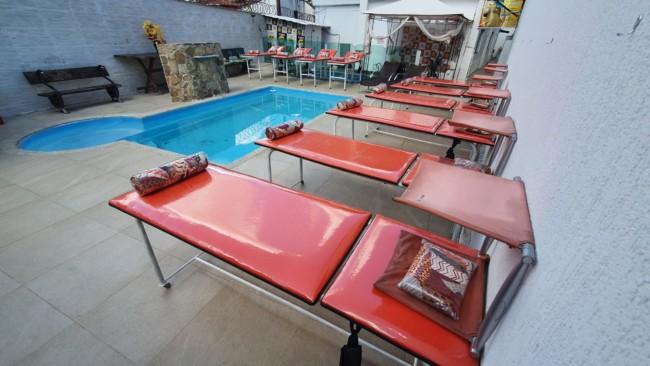 espaco de bronzeamento com piscina