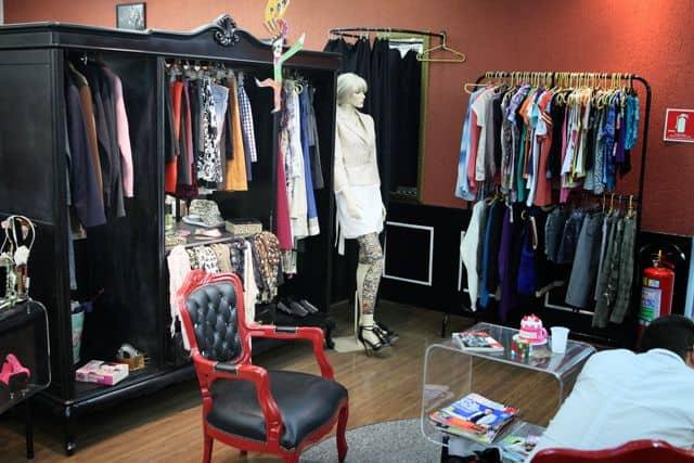 loja de roupas em casa com moveis vintage