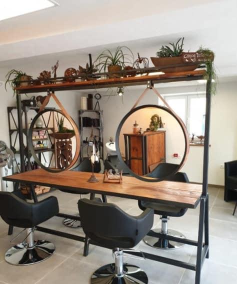 salao de beleza com decoracao rustica e espelhos redondos