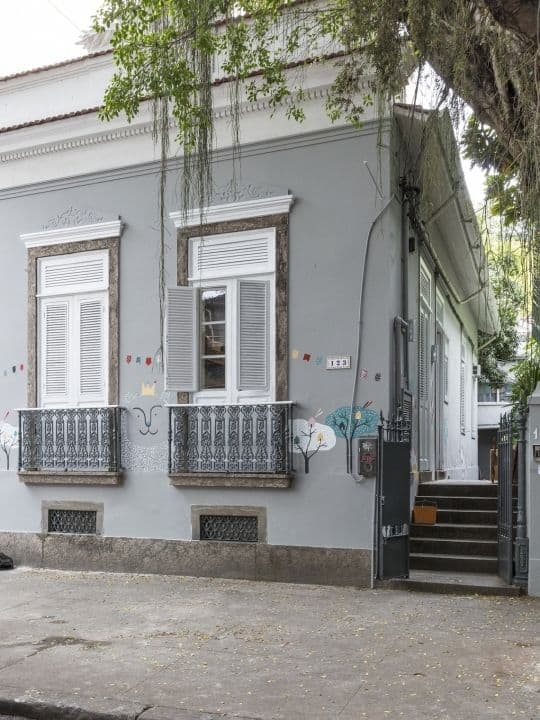 fachada de casa antiga com cor elefante suvinil