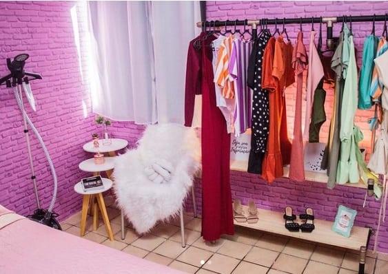 loja de roupa em casa com parede rosa