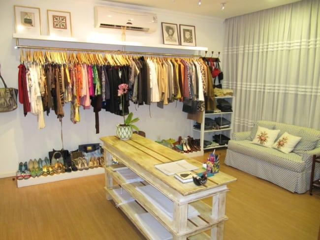 decoracao com sofa de loja de roupas em casa