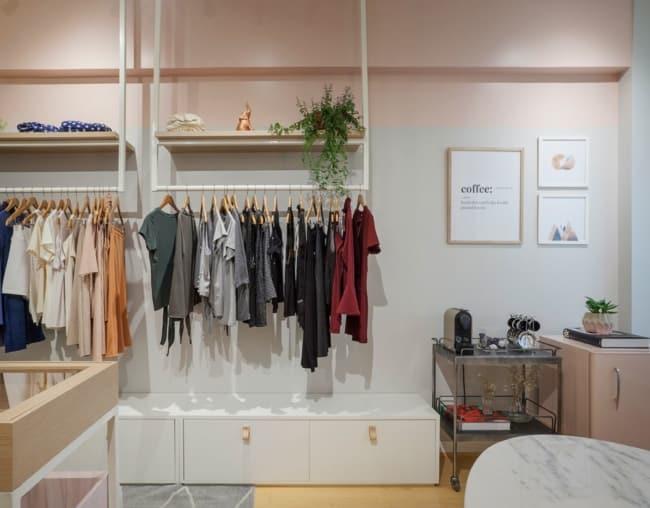 loja feminina pequena com decoracao suave