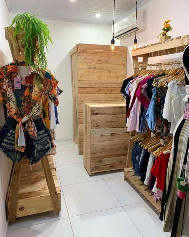 loja pequena de roupas feminina
