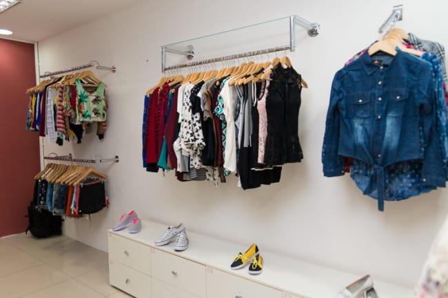 loja de roupas femininas com parede colorida