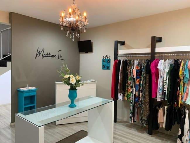 decoracao de loja pequena de roupas femininas