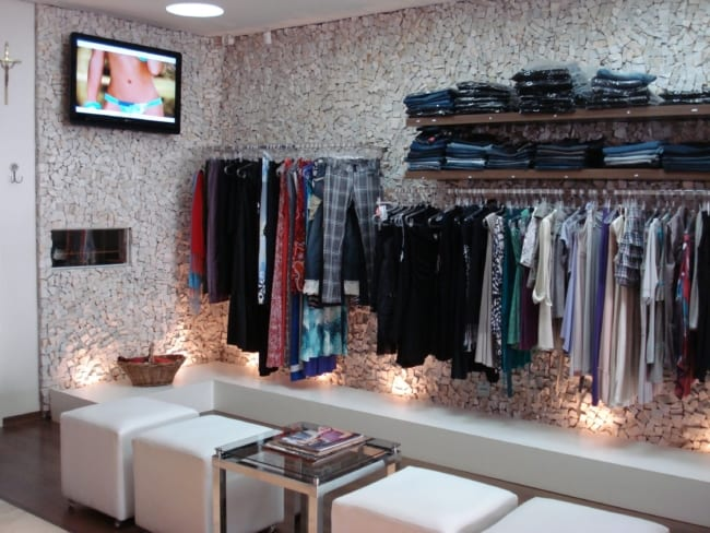 loja de roupas pequena com parede de pedras