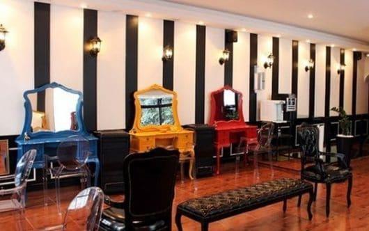 salao de beleza com decoracao retro e colorida