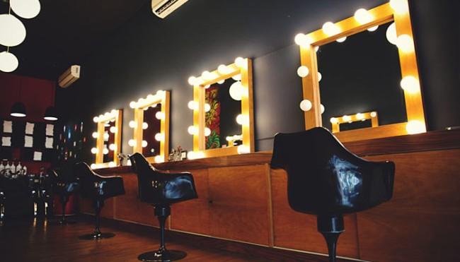 salao de beleza com espelho camarim