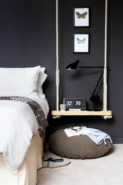 quarto com parede preta e balanco de mesa de cabeceira