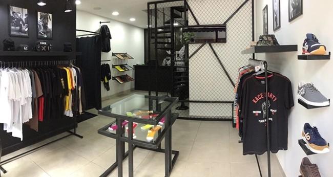 loja de roupas masculinas com parede preta