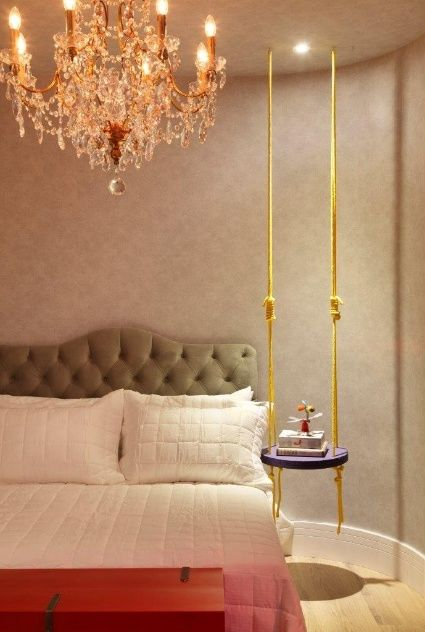 quarto moderno com criado mudo de balanco