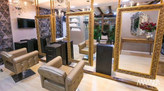 salao de beleza com decoracao dourada de luxo
