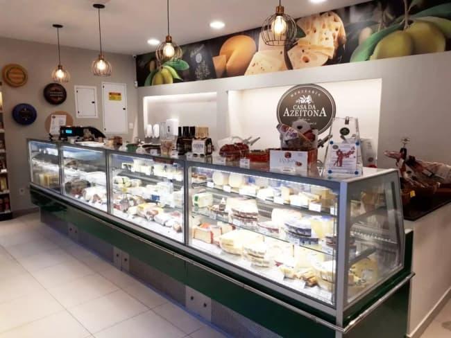 decoracao de loja de frios com balcao de queijos