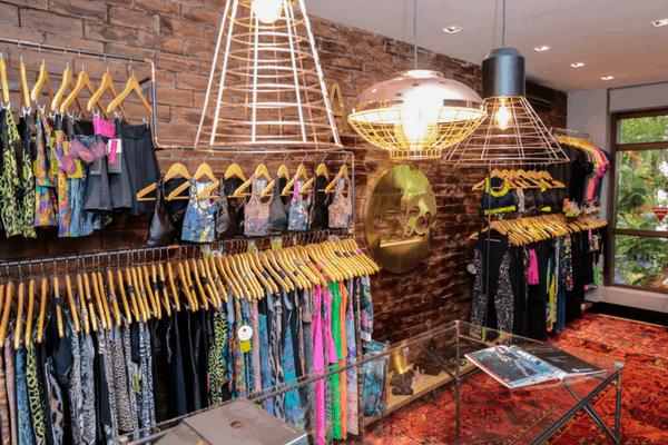 decoracao de loja pequena de roupa fitness