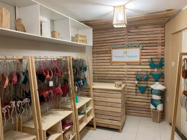 loja de roupas de praia pequena e rustica