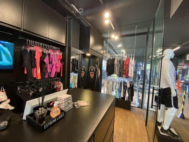 loja moderna e pequena de roupas fitness