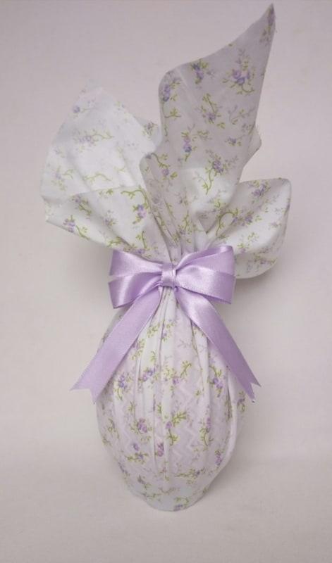 ovo de pascoa embalado em tecido floral
