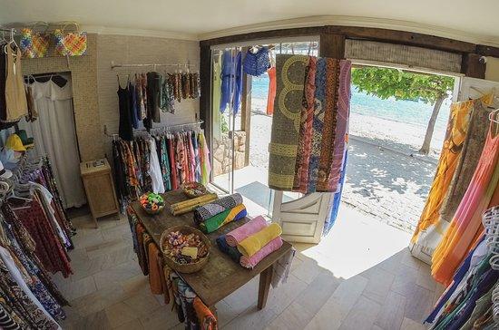 decoracao de loja pequena com roupas de praia