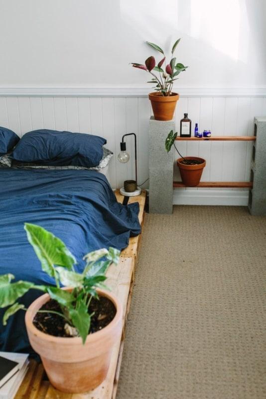 decoracao de quarto com mesa de cabeceira diferente