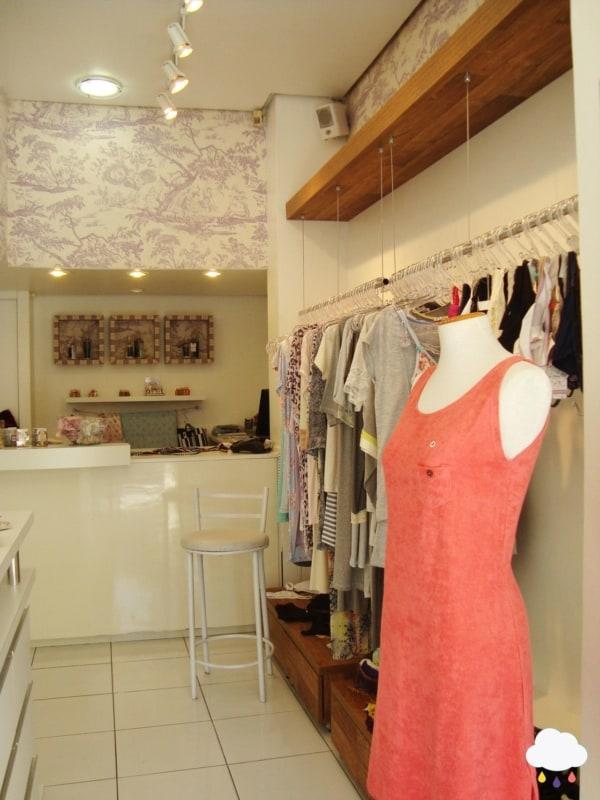loja simples e pequena de roupas