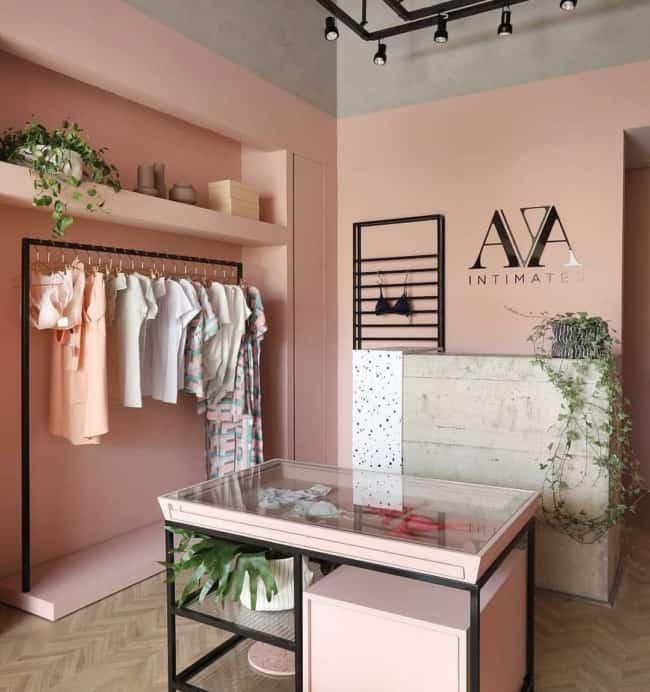decoracao de loja de roupas pequena com parede rosa