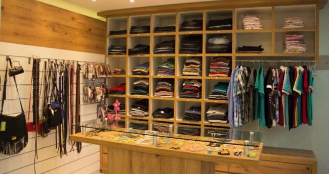 loja de roupas em casa organizada e simples
