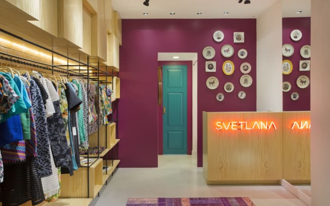 decoracao com parede colorida de loja de roupas