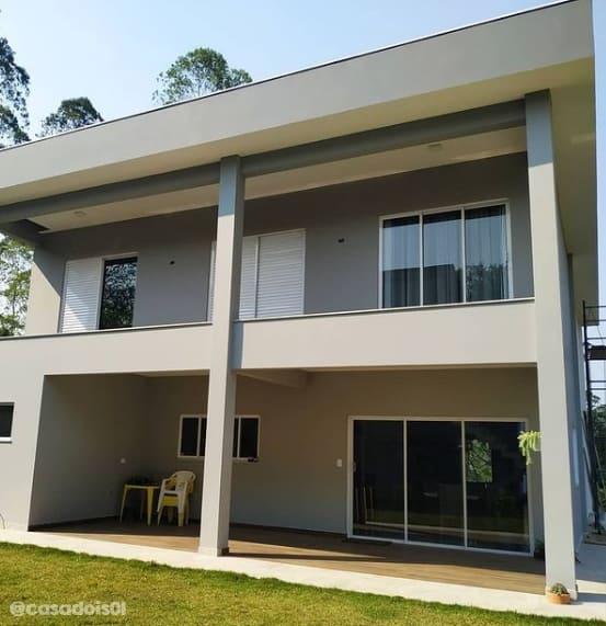 fachada de casa moderna com cor elefante suvinil