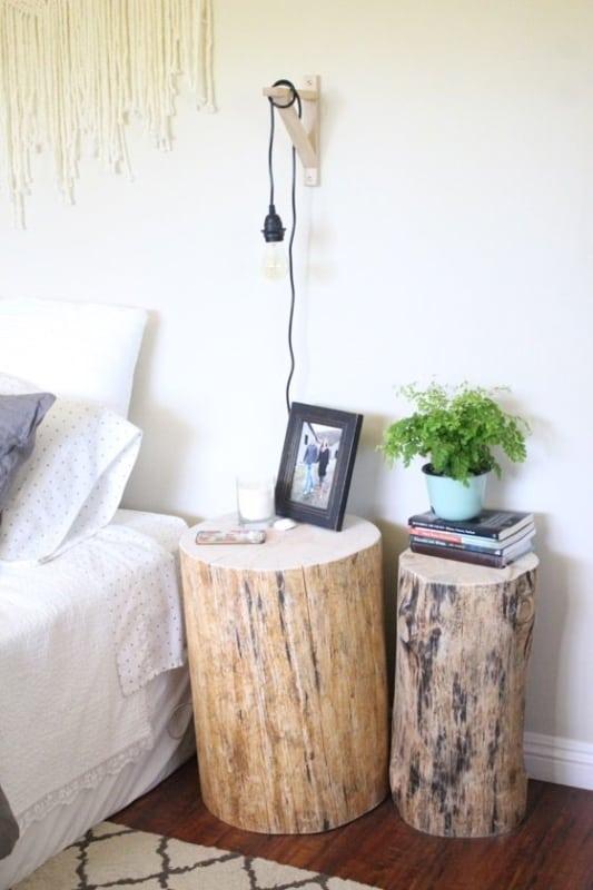 mesa de cabeceira com troncos de madeira
