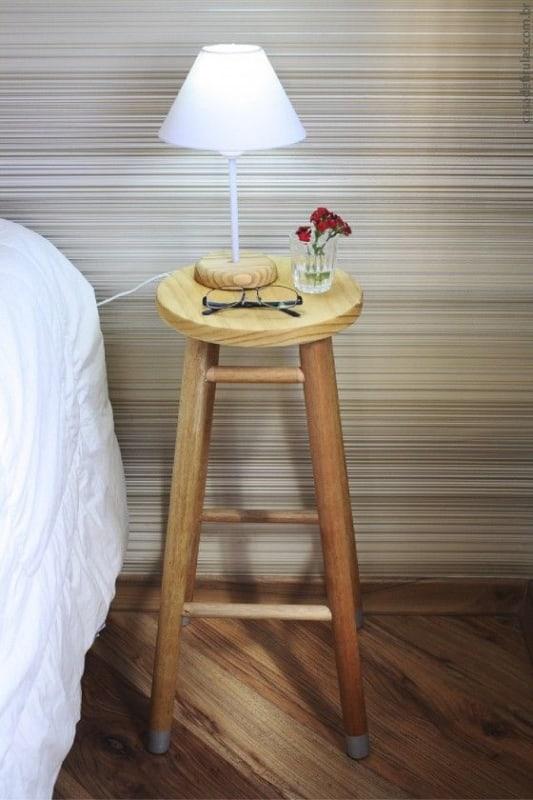 mesa de cabeceira de banco de madeira