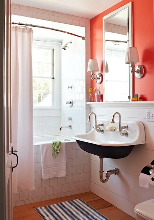 banheiro simples com parede coral