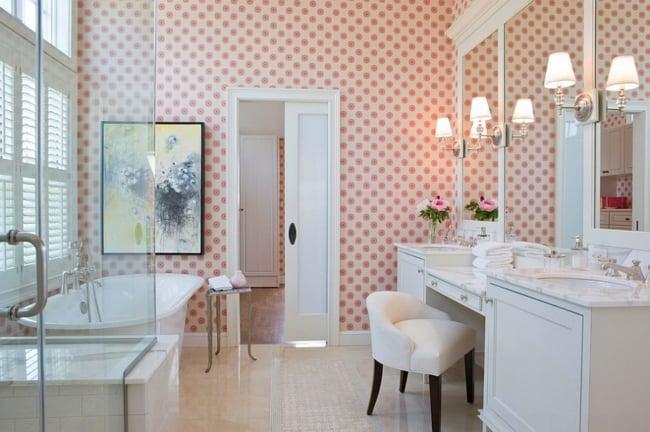 banheiro tumblr com papel de parede de bolinhas